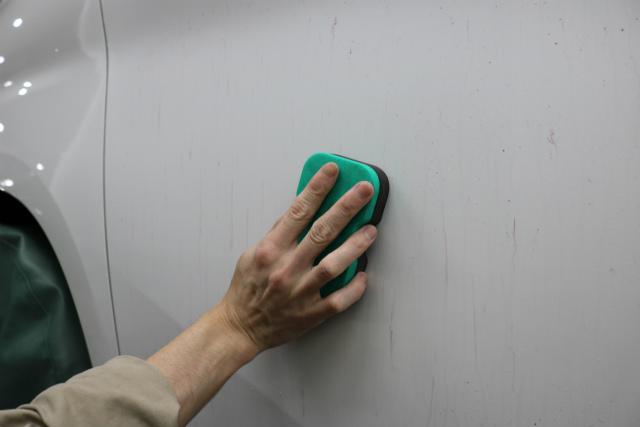 鉄粉をパッドで除去する
